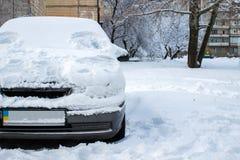 Σταθμευμένο αυτοκίνητο που καλύπτεται με το χιόνι - θύελλα χιονιού, αυτοκίνητο μετά από ένα βαρύ sno Στοκ εικόνες με δικαίωμα ελεύθερης χρήσης