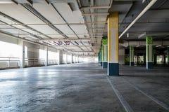 Σταθμεύοντας garag εσωτερικό, βιομηχανικό κτήριο, κενό υπόγειο PA Στοκ εικόνα με δικαίωμα ελεύθερης χρήσης