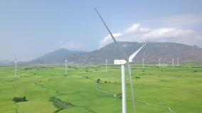 Σταθμός αιολικής ενέργειας άποψης κηφήνων στον πράσινο τομέα στο τοπίο βουνών Στρόβιλος ανεμόμυλων, που παράγει την εναέρια άποψη απόθεμα βίντεο