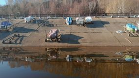 Σταθμός βαρκών ή πρόσδεση για τις βάρκες, εναέρια μαγνητοσκόπηση από τον κηφήνα απόθεμα βίντεο