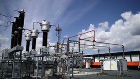 Σταθμός ηλεκτρικής δύναμης συρμένο απομονωμένο χέρι λευκό ισχύος γραμμών απόθεμα βίντεο