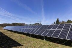 Σταθμός ηλιακής ενέργειας στην πρόωρη φύση άνοιξη στοκ φωτογραφίες