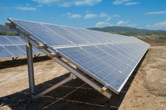 Σταθμός ηλιακής ενέργειας στη θερινή φύση Στοκ Φωτογραφία