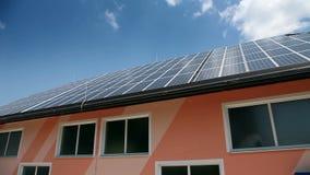 Σταθμός ηλιακής ενέργειας στη στέγη απόθεμα βίντεο