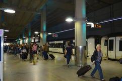 Σταθμός Λονδίνο Standsted με τους φθάνοντας επιβάτες και το Standsted σαφές στο υπόβαθρο Στοκ εικόνα με δικαίωμα ελεύθερης χρήσης