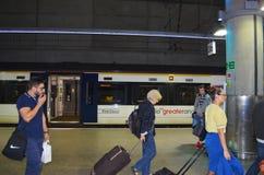 Σταθμός Λονδίνο Standsted με τους φθάνοντας επιβάτες και το Standsted σαφές στο υπόβαθρο Στοκ Φωτογραφίες