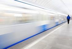 Σταθμός μετρό, αναχώρηση τραίνων στοκ εικόνες με δικαίωμα ελεύθερης χρήσης