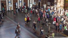 Σταθμός μετρό με την κυκλοφορία των πάντα-τρέχοντας ανθρώπων στην επιχείρηση φιλμ μικρού μήκους