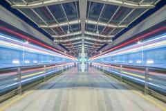 Σταθμός μετρό στην κίνηση θαμπάδων Στοκ Φωτογραφίες