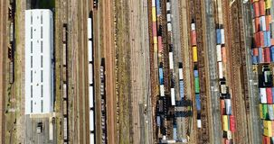Σταθμός με τα φορτηγά τρένα και τα εμπορευματοκιβώτια απόθεμα βίντεο