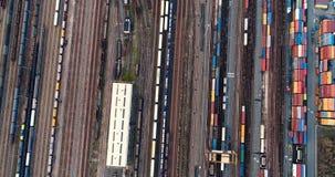 Σταθμός με τα φορτηγά τρένα και τα εμπορευματοκιβώτια φιλμ μικρού μήκους