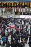 Σταθμός οδών του Λίβερπουλ στη βιασύνη μας μέσα το πρωί που παρουσιάζει πολλούς ανθρώπους που κινούνται γύρω στοκ εικόνες