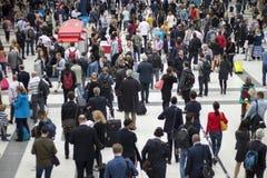 Σταθμός οδών του Λίβερπουλ στη βιασύνη μας μέσα το πρωί που παρουσιάζει πολλούς ανθρώπους που κινούνται γύρω στοκ φωτογραφία