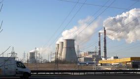Σταθμός παραγωγής ηλεκτρικού ρεύματος θερμότητας στην πόλη ο άσπρος καπνός από τους σωλήνες μολύνει το περιβάλλον και τον αέρα τα απόθεμα βίντεο