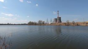 Σταθμός παραγωγής ηλεκτρικού ρεύματος στη λίμνη απόθεμα βίντεο