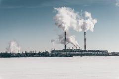 Σταθμός παραγωγής ηλεκτρικού ρεύματος Voronezh στο υπόβαθρο του μπλε ουρανού και του παγωμένου υδραγωγείου Στοκ εικόνα με δικαίωμα ελεύθερης χρήσης