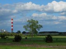 Σταθμός παραγωγής ηλεκτρικού ρεύματος, λιβάδι, τραίνο και μπλε ουρανός με το NIC Στοκ εικόνες με δικαίωμα ελεύθερης χρήσης