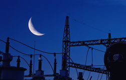 Σταθμός παραγωγής ηλεκτρικού ρεύματος με το φεγγάρι στοκ εικόνα