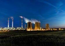 Σταθμός παραγωγής ηλεκτρικού ρεύματος τη νύχτα Στοκ εικόνες με δικαίωμα ελεύθερης χρήσης