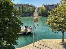 Σταθμός ποταμοπλοίων Batobus στον ποταμό του Σηκουάνα στο μουσείο του Λούβρου, Παρίσι, Γαλλία Στοκ φωτογραφίες με δικαίωμα ελεύθερης χρήσης