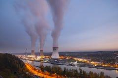 Σταθμός πυρηνικής ενέργειας στο σούρουπο Στοκ φωτογραφία με δικαίωμα ελεύθερης χρήσης