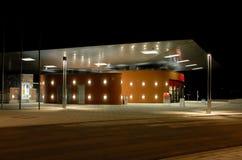 σταθμός σιδηροδρόμου νύχτας Στοκ εικόνα με δικαίωμα ελεύθερης χρήσης