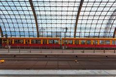 Σταθμός τρένου Γερμανία 31-8-2018 του Βερολίνου hbf Άποψη της στέγης γυαλιού του σταθμού με ένα τραίνο που σταθμεύουν στο τέλος Σ στοκ εικόνα