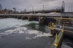 Σταθμός υδροηλεκτρικής ενέργειας φραγμάτων και πυλών Στοκ φωτογραφίες με δικαίωμα ελεύθερης χρήσης