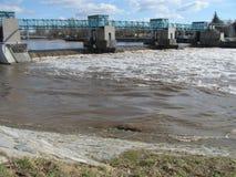 Σταθμός υδροηλεκτρικής ενέργειας στο φράγμα στην άγρια φύση στη Δημοκρατία της Τσεχίας, Μοραβία, Ευρώπη στοκ φωτογραφίες με δικαίωμα ελεύθερης χρήσης