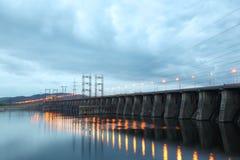 Σταθμός υδροηλεκτρικής παραγωγής ηλεκτρικού ρεύματος στο νεφελώδες βράδυ Στοκ φωτογραφία με δικαίωμα ελεύθερης χρήσης