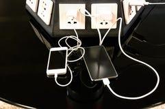 Σταθμός χρέωσης για τα κινητά smartphones στο διεθνή αερολιμένα Στοκ φωτογραφίες με δικαίωμα ελεύθερης χρήσης