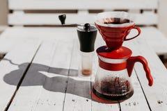 Σταλαγματιά καφέ που τίθεται στον ξύλινο πίνακα στοκ φωτογραφία