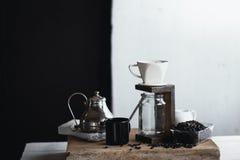 Σταλαγματιά καφέ, χέρι που κρατά έναν καφέ σταλαγματιάς κατσαρολών στο δωμάτιο στοκ φωτογραφία με δικαίωμα ελεύθερης χρήσης