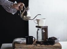 Σταλαγματιά καφέ, χέρι που κρατά έναν καφέ σταλαγματιάς κατσαρολών στο δωμάτιο στοκ εικόνα με δικαίωμα ελεύθερης χρήσης