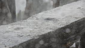 Σταλαγματιές δυνατής βροχής στο συγκεκριμένο κιγκλίδωμα απόθεμα βίντεο