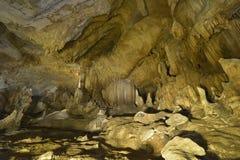 Σταλακτίτες και σταλαγμίτες στη σπηλιά Στοκ Εικόνες
