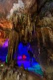 Σταλακτίτες σταλακτιτών με το φωτισμό χρώματος Στοκ Εικόνες