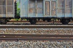 Σταματημένοι παλαιοί τραίνο και σιδηρόδρομοι κιβωτίων φορτίου ραγών Στοκ Φωτογραφία