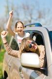 Στασιαστές πίσω από τη ρόδα - θηλυκοί χούλιγκαν στο αυτοκίνητο στοκ φωτογραφία