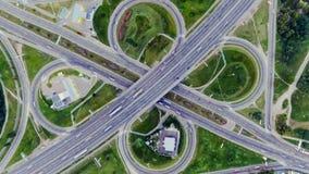 Στατική κάθετη κορυφή κάτω από την εναέρια άποψη της κυκλοφορίας στην ανταλλαγή αυτοκινητόδρομων τη νύχτα Υπόβαθρο Timelapse απόθεμα βίντεο