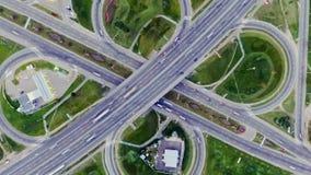 Στατική κάθετη κορυφή κάτω από την εναέρια άποψη της κυκλοφορίας στην ανταλλαγή αυτοκινητόδρομων τη νύχτα Υπόβαθρο Timelapse φιλμ μικρού μήκους