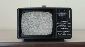 Στατικός θόρυβος σε μια εκλεκτής ποιότητας συσκευή τηλεόρασης σε ένα δωμάτιο απόθεμα βίντεο
