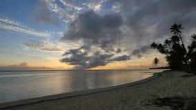 Στατικός πολύ ευρύς πυροβολισμός μιας παραλίας στο ηλιοβασίλεμα στις νήσους Κουκ rarotonga φιλμ μικρού μήκους