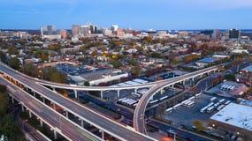 Στατικός πυροβολισμός πέρα από τις εθνικές οδούς και το στο κέντρο της πόλης ορίζοντα Wilmington Ντελαγουέρ πόλεων στοκ εικόνες με δικαίωμα ελεύθερης χρήσης
