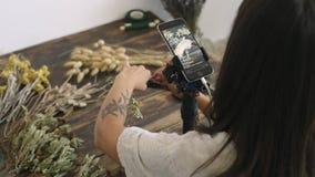 Στατικός πυροβολισμός της μαγνητοσκόπησης γυναικών τεχνών η διαδικασία εργασίας της απόθεμα βίντεο