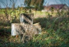 Σταυροί σε ένα παλαιό εγκαταλειμμένο νεκροταφείο Στοκ εικόνες με δικαίωμα ελεύθερης χρήσης