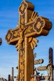 Σταυροί στο Hill των σταυρών στη Λιθουανία. Στοκ Εικόνα
