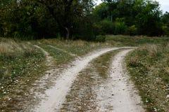 Σταυροδρόμια, δύο διαφορετικές κατευθύνσεις στον τομέα στο καλοκαίρι στοκ εικόνες με δικαίωμα ελεύθερης χρήσης
