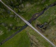 Σταυροδρόμια ποταμών και δρόμων - φωτογραφία κηφήνων στοκ εικόνα