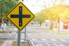 Σταυροδρόμια κυκλοφορίας Ένα οδικό σημάδι προειδοποιεί για μια διατομή μπροστά στοκ φωτογραφία με δικαίωμα ελεύθερης χρήσης